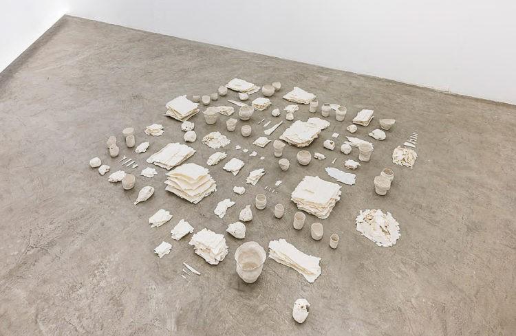 """Brisa Noronha, Minúcias. Porcelana, Instalação.  Individual """"Guardar uma coisa"""", Galeria Murilo Castro, Belo Horizonte, MG. 40 x 200 x 200 cm. 2015. ceramica"""